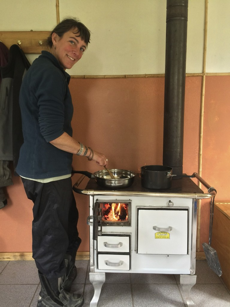 Pioneer wife Shannon rocked the wood stove in the Refugio Nadis camp and even baked a casserole with the power of firewood.